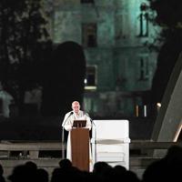 平和へのメッセージを読み上げるフランシスコ・ローマ教皇=広島市中区で2019年11月24日午後7時21分、平川義之撮影