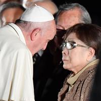 被爆者らと握手するフランシスコ・ローマ教皇=広島市中区で2019年11月24日午後6時55分、山田尚弘撮影