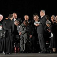 平和メッセージを発信後、参列者に一礼し、会場を後にするフランシスコ・ローマ教皇=広島市中区で2019年11月24日午後7時31分、平川義之撮影