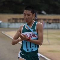 6位でフィニッシュする中越の大川拓図選手=長野県大町市常盤泉の同市運動公園陸上競技場で