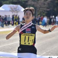 4位でフィニッシュする新潟明訓の山岸みなみ選手=長野県大町市常盤泉の同市運動公園陸上競技場で