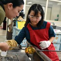ガラス工房でコップ作りを体験する参加者=金沢市卯辰町の金沢卯辰山工芸工房で、井手千夏撮影