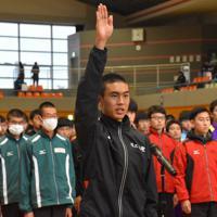 選手宣誓する佐久長聖の鈴木芽吹主将=長野県大町市常磐の大町市運動公園総合体育館で