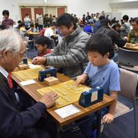 世代を超えて盤上で熱い戦いを繰り広げる参加者=尼崎市昭和通2の市中小企業センターで、土居和弘撮影