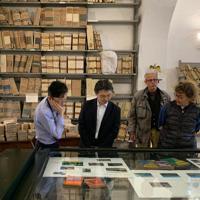 エルバ島の公文書館を訪ねた加藤准教授(左)=10月、加藤さん提供