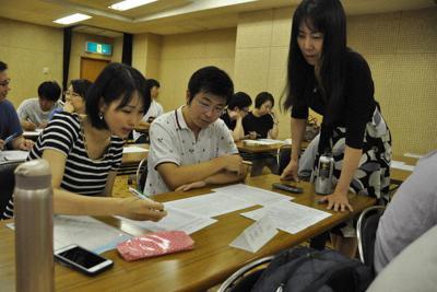 講師の桜井雅美さん(右)からアドバイスを受けながら、将来について話し合う若い夫婦たち=愛知県東海市で7月、加藤沙波撮影