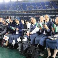 フランシスコ・ローマ教皇を待つ東京ドームに訪れた人たち=東京ドームで2019年11月25日午後1時29分、梅村直承撮影