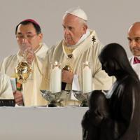 ミサに臨むフランシスコ・ローマ教皇=東京ドームで2019年11月25日午後4時10分、梅村直承撮影