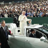 ミサ会場に専用の車で現れ、信者に手を振るフランシスコ・ローマ教皇=東京ドームで2019年11月25日午後3時40分、梅村直承撮影