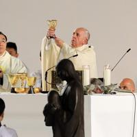 ミサで杯を掲げるフランシスコ・ローマ教皇=東京ドームで2019年11月25日午後5時3分、梅村直承撮影