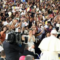 フランシスコ・ローマ教皇に子供を祝福されるためにあずけ感激する女性(中央)=東京ドームで2019年11月25日午後3時40分、梅村直承撮影