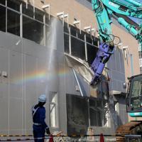 取り壊しが始まった旧原子力災害対策センター(オフサイトセンター)=福島県大熊町で2019年11月25日午前10時18分、和田大典撮影