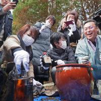 タイムカプセルから思い出の品を取り出す双葉北小の卒業生たち=福島県双葉町で22日