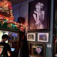 シェ・ジェイには、この店を介してケネディ大統領と密会していたというマリリン・モンローさんの写真が飾られている=米西部カリフォルニア州サンタモニカで2019年10月1日、福永方人撮影