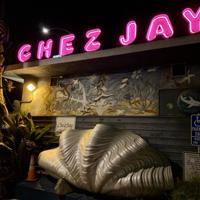 シェ・ジェイはレトロなネオンサインや貝殻のオブジェなど装飾も異彩を放つ=米西部カリフォルニア州サンタモニカで2019年10月1日、福永方人撮影
