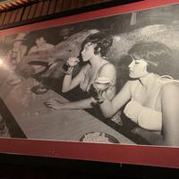 1959年の創業当時の写真。サーカス団が招かれ、象も店内で名物の殻付きピーナツを頰張った=米西部カリフォルニア州サンタモニカで2019年10月1日、福永方人撮影