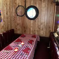多くのハリウッドスターや大物政治家が利用した個室「テーブル10」。擦り切れたソファと舷窓を模した円い窓が印象的だ=米西部カリフォルニア州サンタモニカで2019年10月1日、福永方人撮影