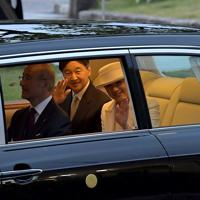 近鉄橿原神宮前駅に到着され、車内から手を振る天皇、皇后両陛下=奈良県橿原市で2019年11月26日午後4時44分、平川義之撮影