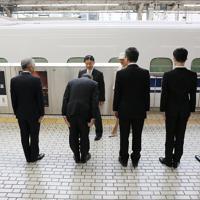 奈良、京都訪問のため、JR東京駅を出発される天皇、皇后両陛下。左端は安倍晋三首相=2019年11月26日午後0時44分(代表撮影)