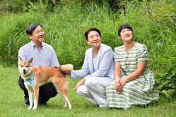 愛犬の由莉とともに、那須御用邸の敷地内を散策される天皇、皇后両陛下と長女愛子さま=栃木県那須町で2019年(令和元年)8月19日、代表撮影
