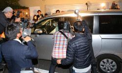 芸能人の薬物関連事件で、捜査員が乗る車両を囲む報道陣