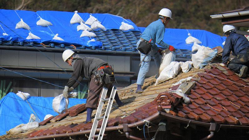 台風で被災した住宅で屋根を修復する人たち=千葉県鋸南町で2019年11月13日、手塚耕一郎撮影