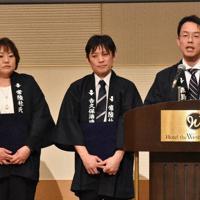 常陸杜氏に認証された(右から)森嶋正一郎さん、鈴木忠幸さん、浦里美智子さん=水戸市大工町1で