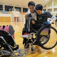 スタッフのサポートで競技用の車いすに乗り換える選手