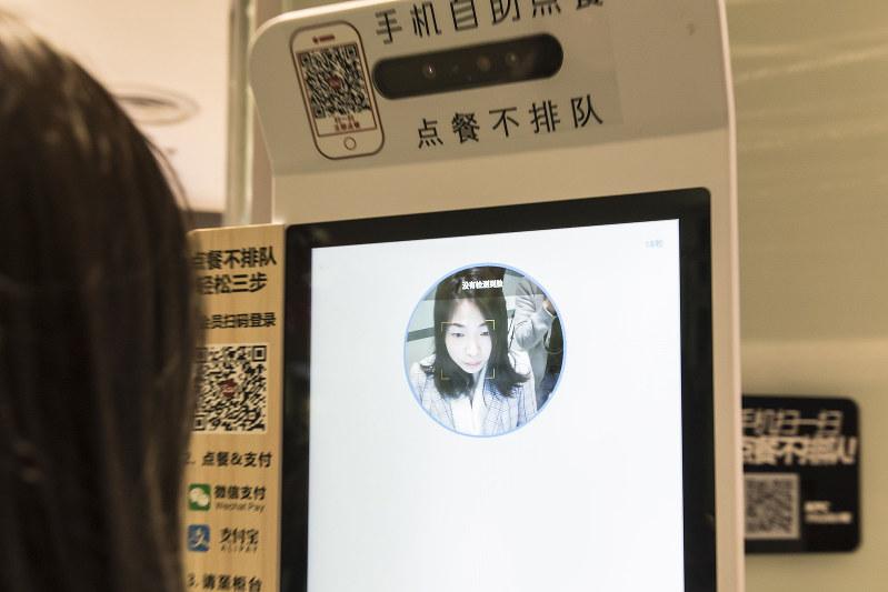 顔認証で決済できるファストフード店も登場(上海)(Bloomberg)