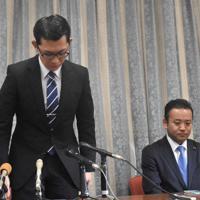 提訴を断念し、謝罪する松倉史朋氏(左)=盛岡市中央通3で