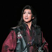 無口な孤高の剣士を好演した真風涼帆=宝塚大劇場で