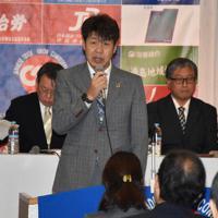 あいさつする新居栄治会長=徳島市一番町の阿波観光ホテルで、菅健吾撮影