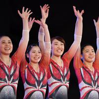 トランポリン女子個人予選に臨む森ひかる(右奥から2人目)=有明体操競技場で2019年11月28日、宮間俊樹撮影