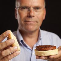 モサ・ミートが開発した培養肉を使ったハンバーガーを手にするマーク・ポスト教授=同社提供