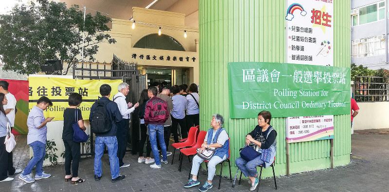 投票所は有権者による長蛇の列ができていた(筆者撮影)