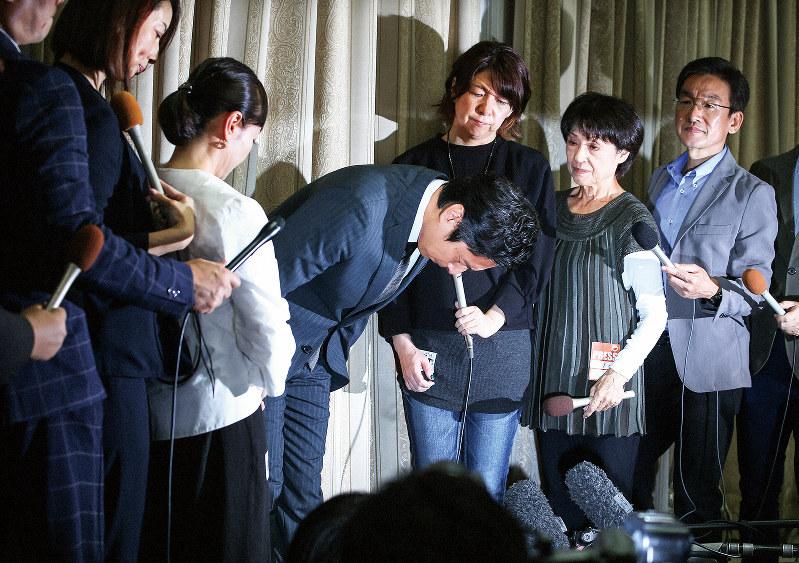 記者会見で頭を下げるチュートリアルの徳井義実さん=10月23日
