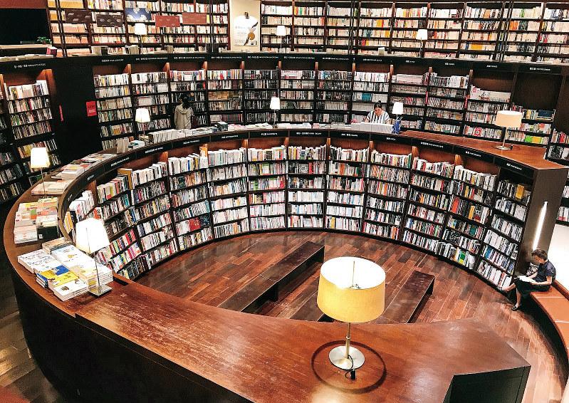 優雅に書棚が並ぶ「誠品」の台中中友店(台中市)(筆者作成)