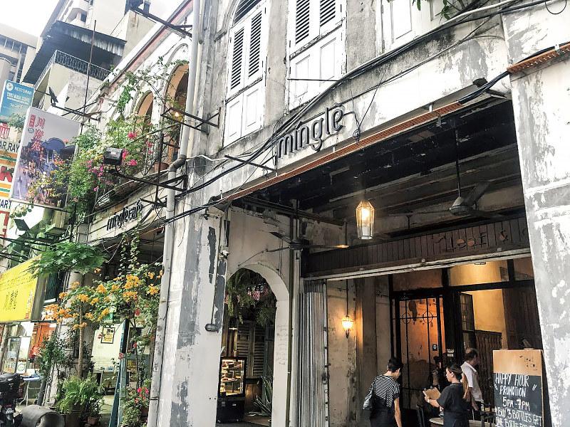 「ペタリン・ストリート」に並ぶおしゃれな店舗。若者を中心に人気を集める(筆者撮影)