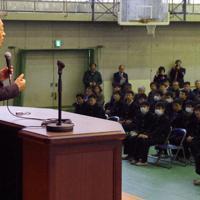 「アウトプットを考えて勉強しよう」と生徒に呼びかける池上彰さん(左)=さいたま市浦和区の浦和高校で