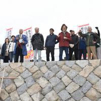 海上で抗議行動を展開する反対派住民を陸上から激励する市民グループ
