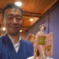 博多人形オルゴール「舞」を手にする西山さん