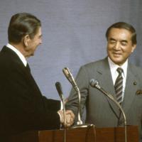 第2回日米首脳会談終了後の新聞発表で握手をするレーガン米大統領と中曽根康弘首相=東京都千代田区の首相官邸で1983年11月10日