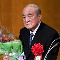 白寿を祝う会で花束を手にする中曽根康弘元首相=東京都内のホテルで2017年5月15日午後4時35分、竹内紀臣撮影