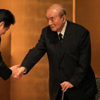 中曽根康弘元首相(右)の9回目の歳男を祝いに訪れた安倍晋三首相=東京都内のホテルで2014年5月28日午後6時37分、梅村直承撮影