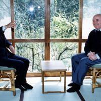 日の出山荘で会談するゴルバチョフソ連元大統領(右)と中曽根康弘元首相=東京・日の出町で1992年04月