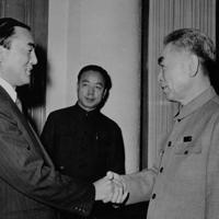 周恩来首相(右)と握手を交わす中曽根康弘通産相=人民大会堂で1973年01月18日撮影