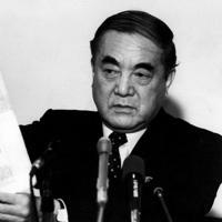 用意した新聞記事を手に釈明する中曽根康弘前首相=東京・千代田区の砂防会館で1989年02月27日撮影