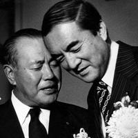 親しげに話す田中角栄元首相(左)と中曽根康弘・自民党総務会長=東京都港区虎ノ門のホテルオークラで1978年09月21日撮影