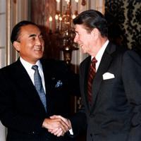 第1回日米首脳会談に臨むレーガン米大統領(右)と中曽根首相=東京都港区の迎賓館で 1983年11月9日