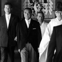 靖国神社に参拝した中曽根康弘首相=東京・千代田区の靖国神社で1985年8月15日